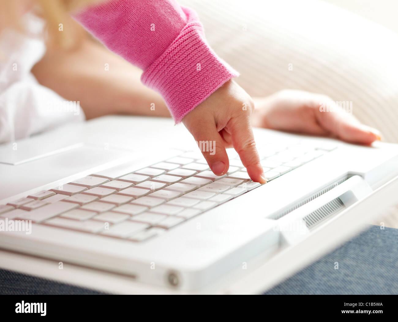 Enfant de taper au clavier Photo Stock