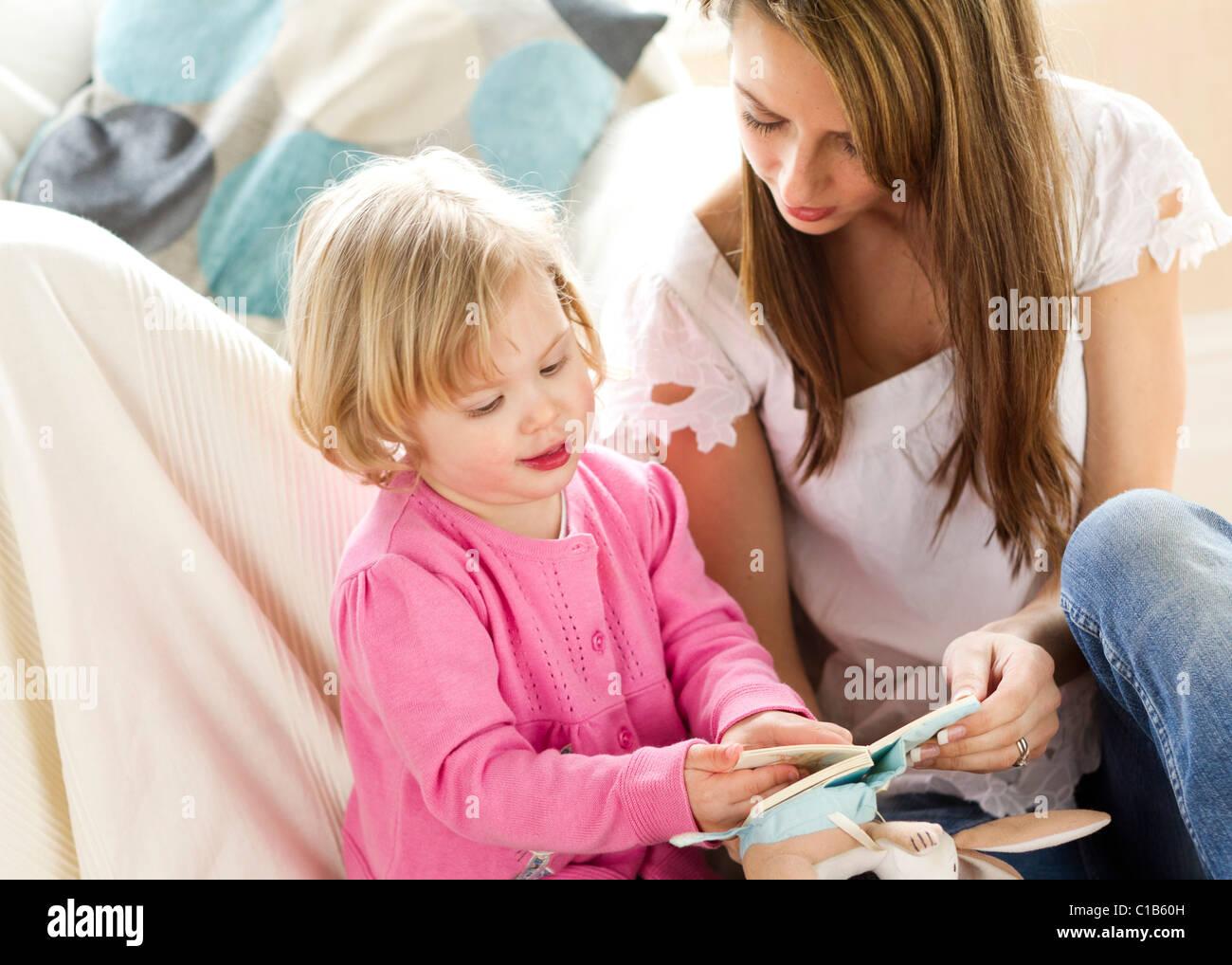 La mère et l'enfant la lecture Photo Stock