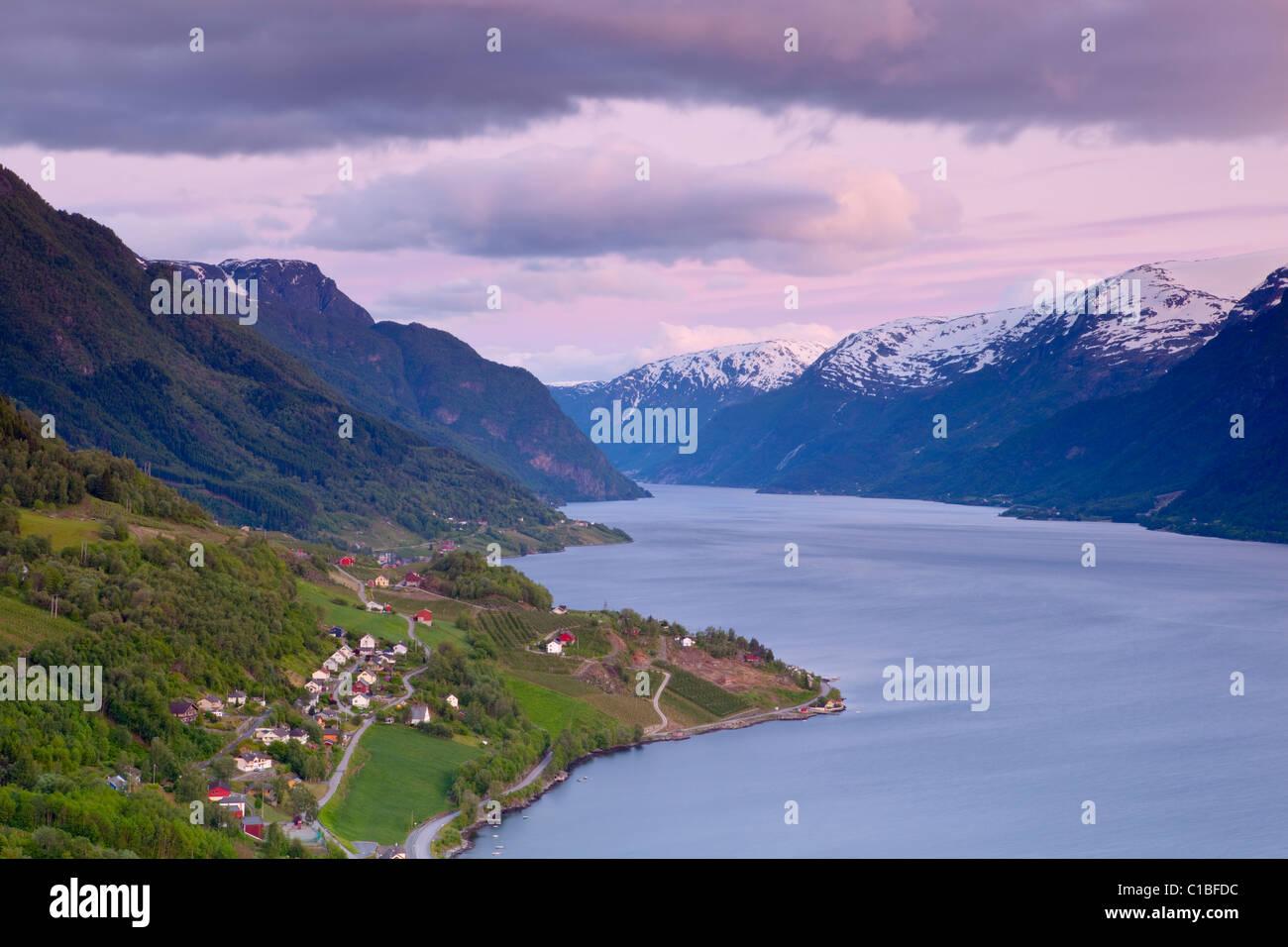 Des vues sur le fjord idyllique allumé au crépuscule, Ovre, fjord Hardanger, Hordaland, Norvège Comté Photo Stock