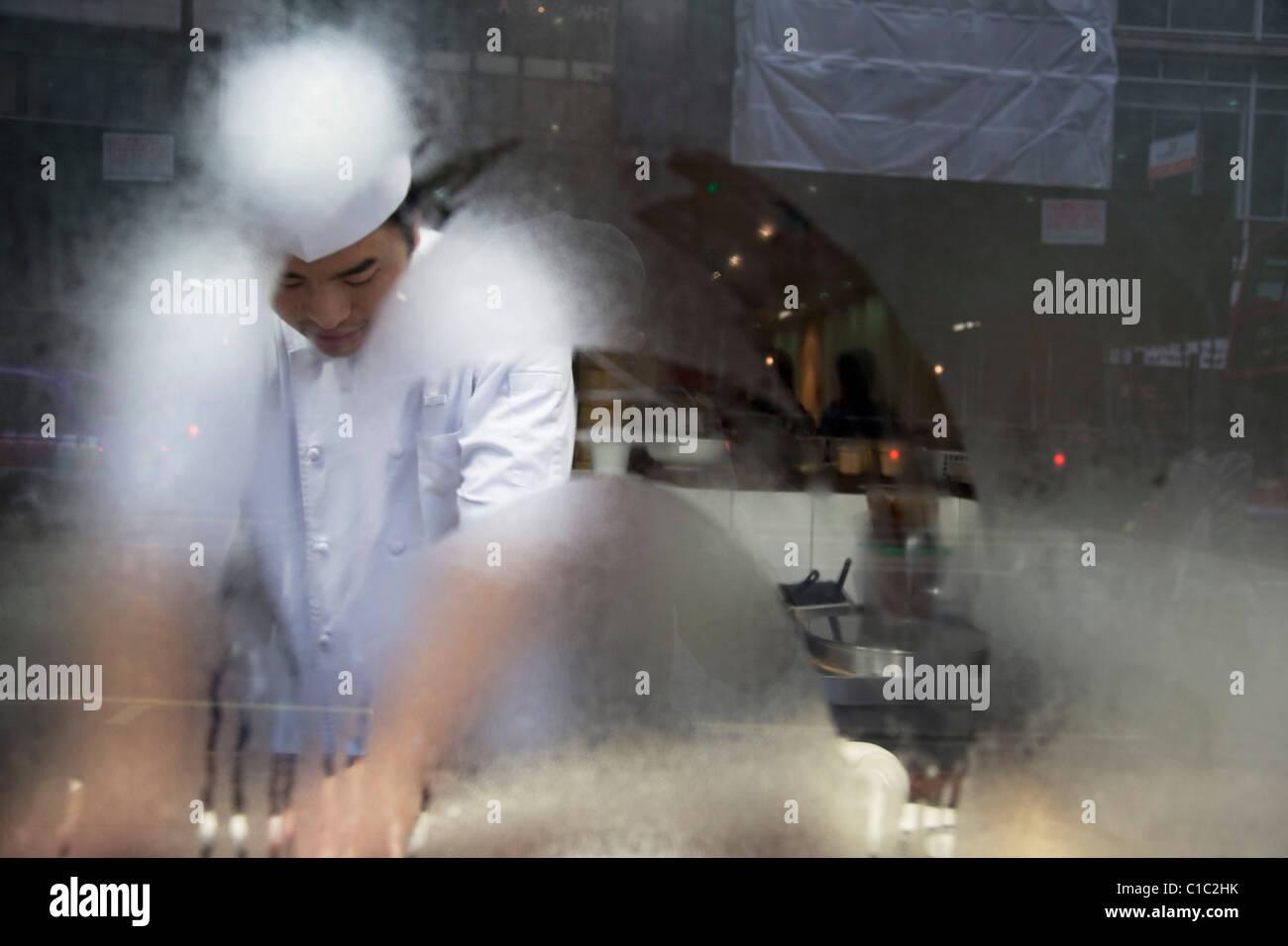 Chef japonais de faire des nouilles fraîches dans un restaurant à Londres. Cours d'eau de condensation de la fenêtre. Banque D'Images