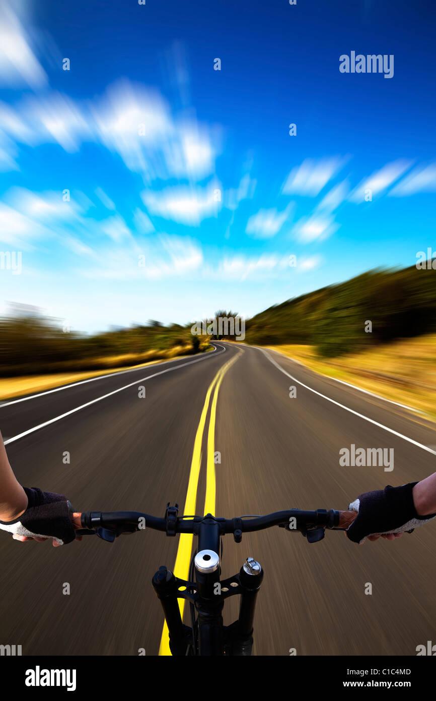 Bicycle Rider avec vue à grande vitesse sur la route Photo Stock