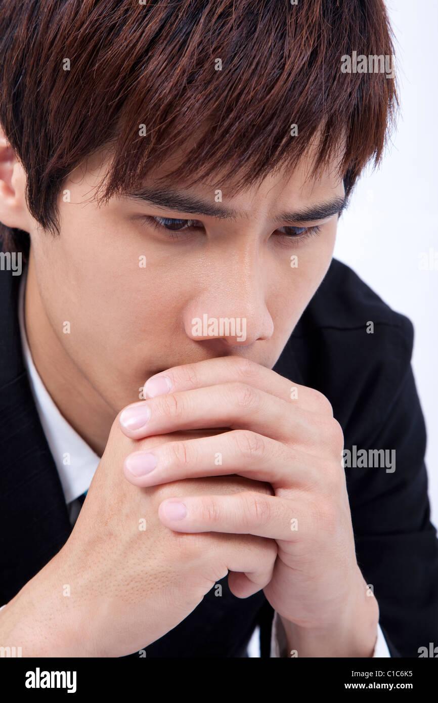 Jeune homme triste et prier Photo Stock