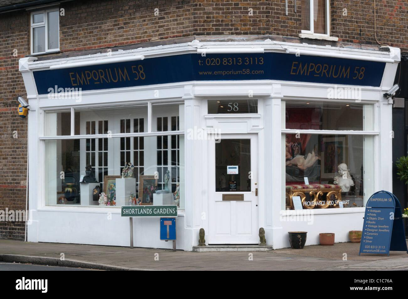 Le magasin de l Emporium 58 bijouterie, vente de meubles anciens, de  tableaux 2bca4808c33e