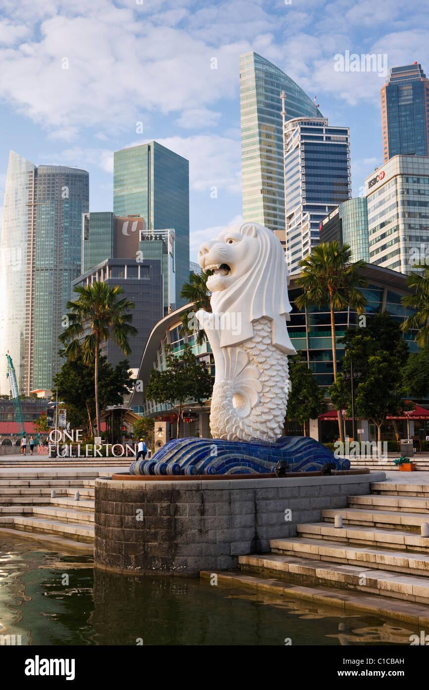 La statue du Merlion avec la ville en arrière-plan, Marina Bay, Singapour Banque D'Images