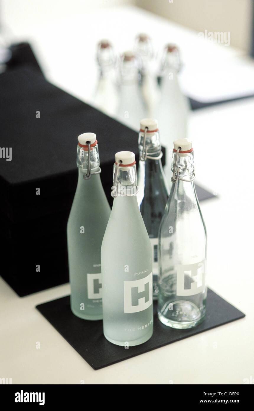 Royaume-uni, Londres, bouteilles d'eau dans Hempel Hotel in Craven Hill Photo Stock