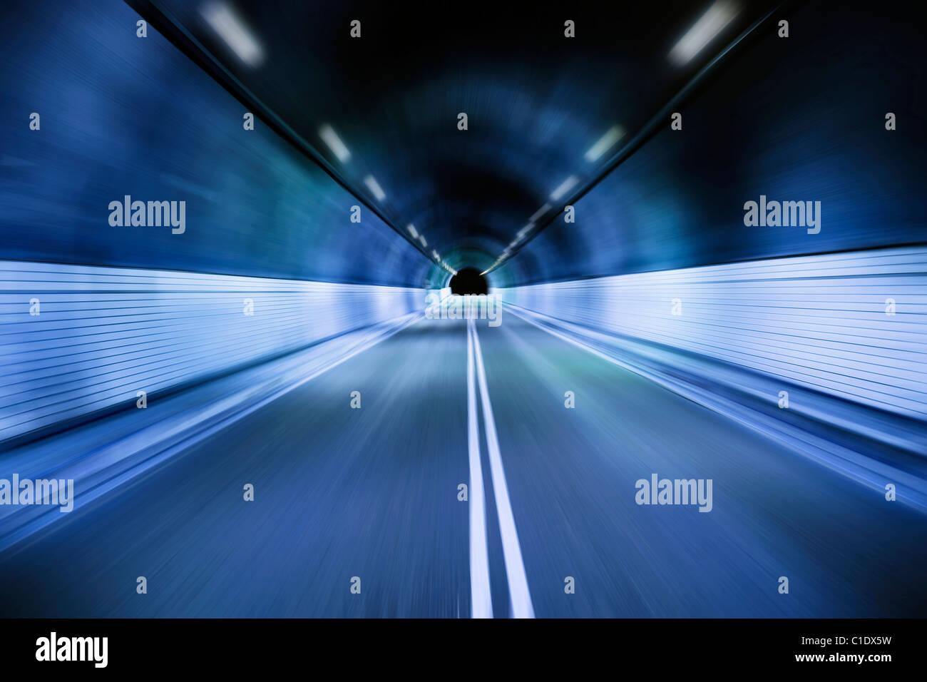 La conduite de nuit à travers le vieux tunnel Photo Stock