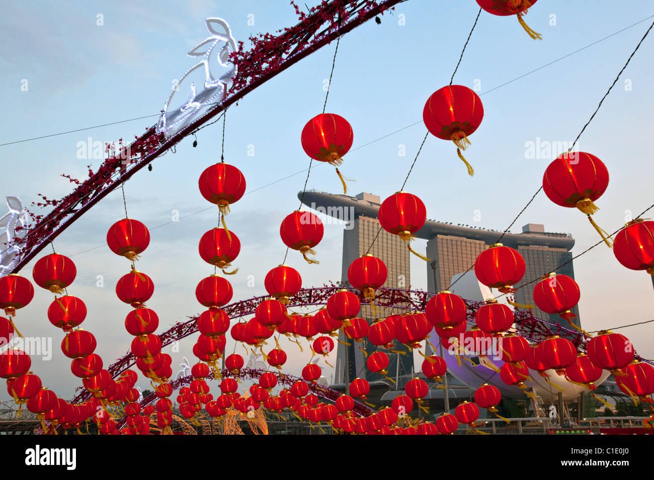 Lanternes chinoises pour River Hongbao festivités (nouvel an lunaire) avec le Marina Bay Sands en arrière Photo Stock