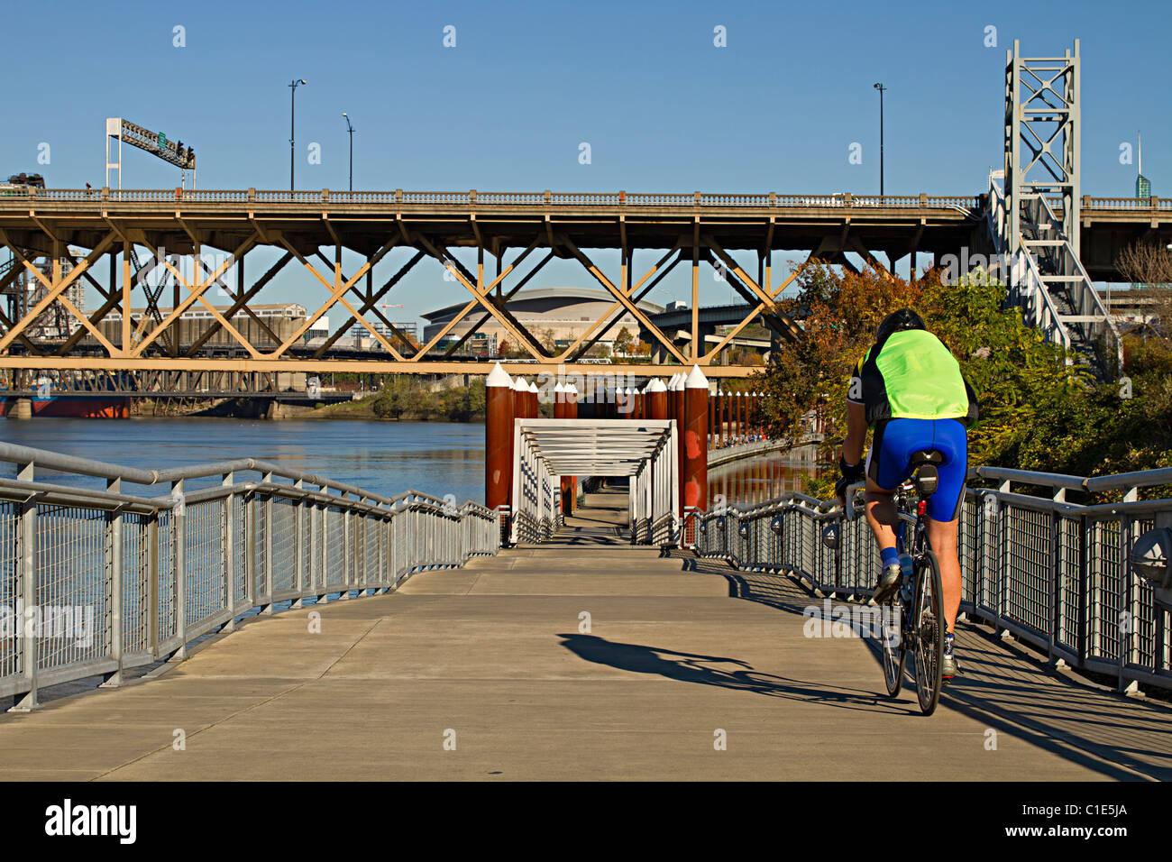 Générique non identifiables Riding Bicycle cycliste le long de la rivière Willamette à Portland Photo Stock