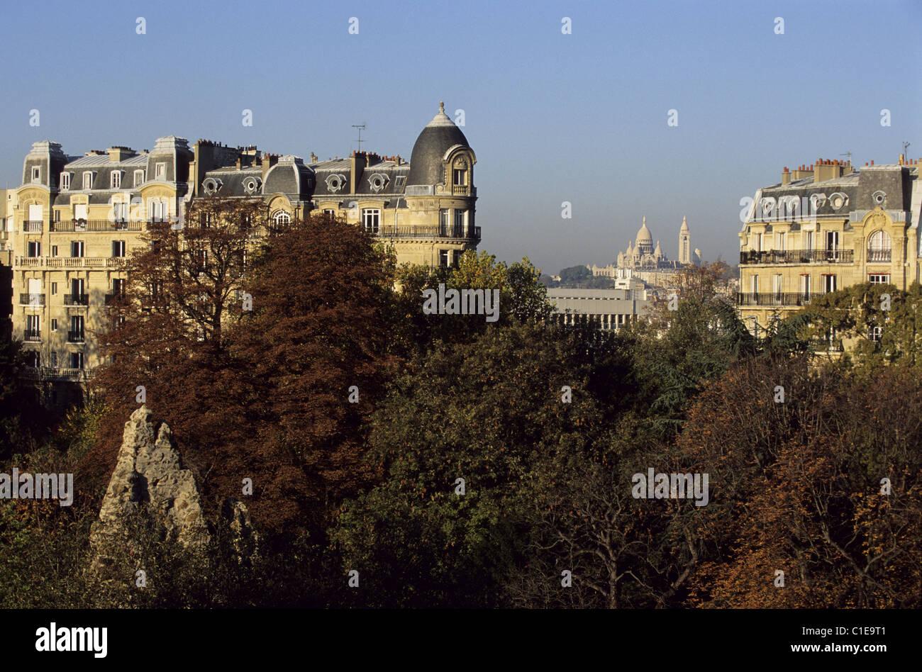 France, Paris, Parc des Buttes Chaumont et dans les bâtiments de style Haussmannien post sur la rue Manin Banque D'Images