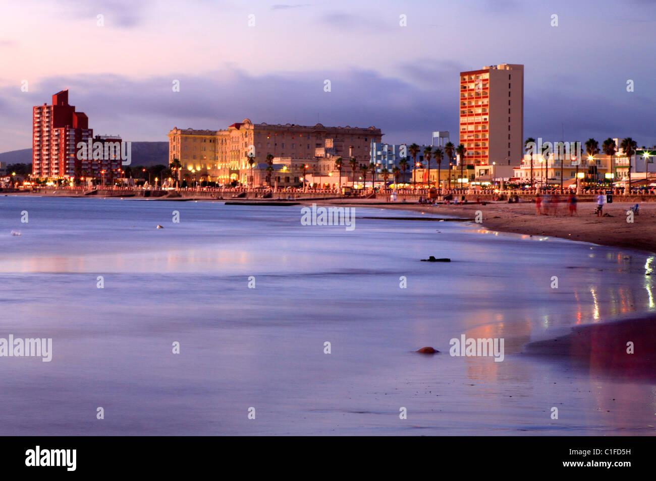 Vue éloignée de la ville et la plage de Piriapolis. Maldonado, Uruguay, Amérique du Sud Photo Stock