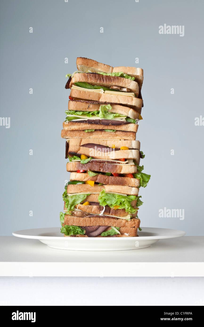 Sandwich extra large avec plusieurs couches de viande, fromage et légumes Photo Stock