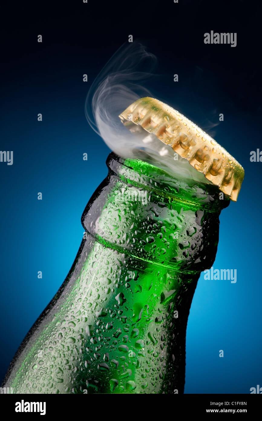 Ouverture de la bière avec la sortie des gaz Photo Stock