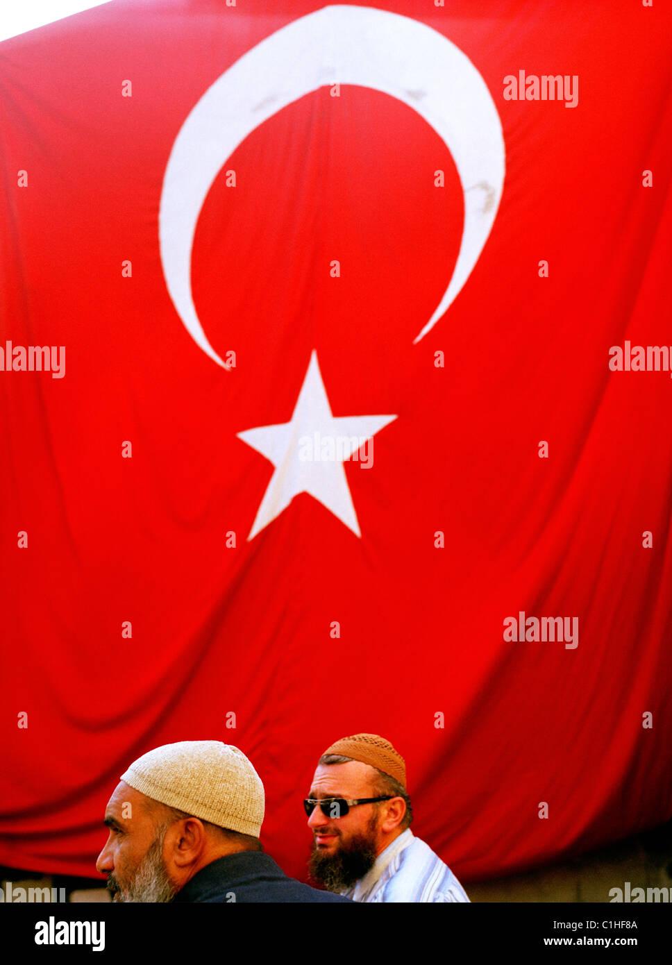 Le drapeau turc et turc des hommes à Fener et Balat à Istanbul en Turquie. Photo Stock