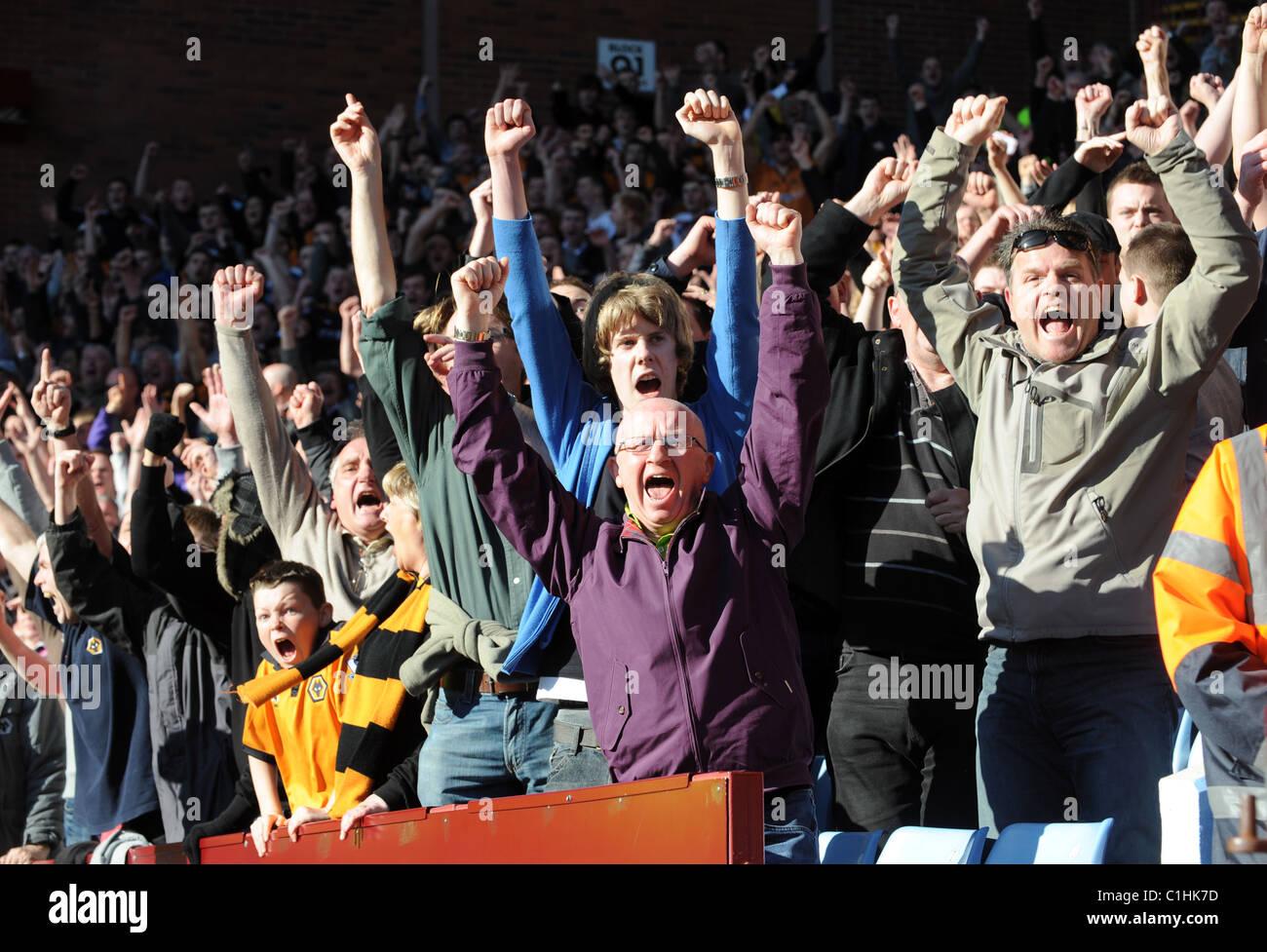 Les supporters de football célèbre un but Photo Stock