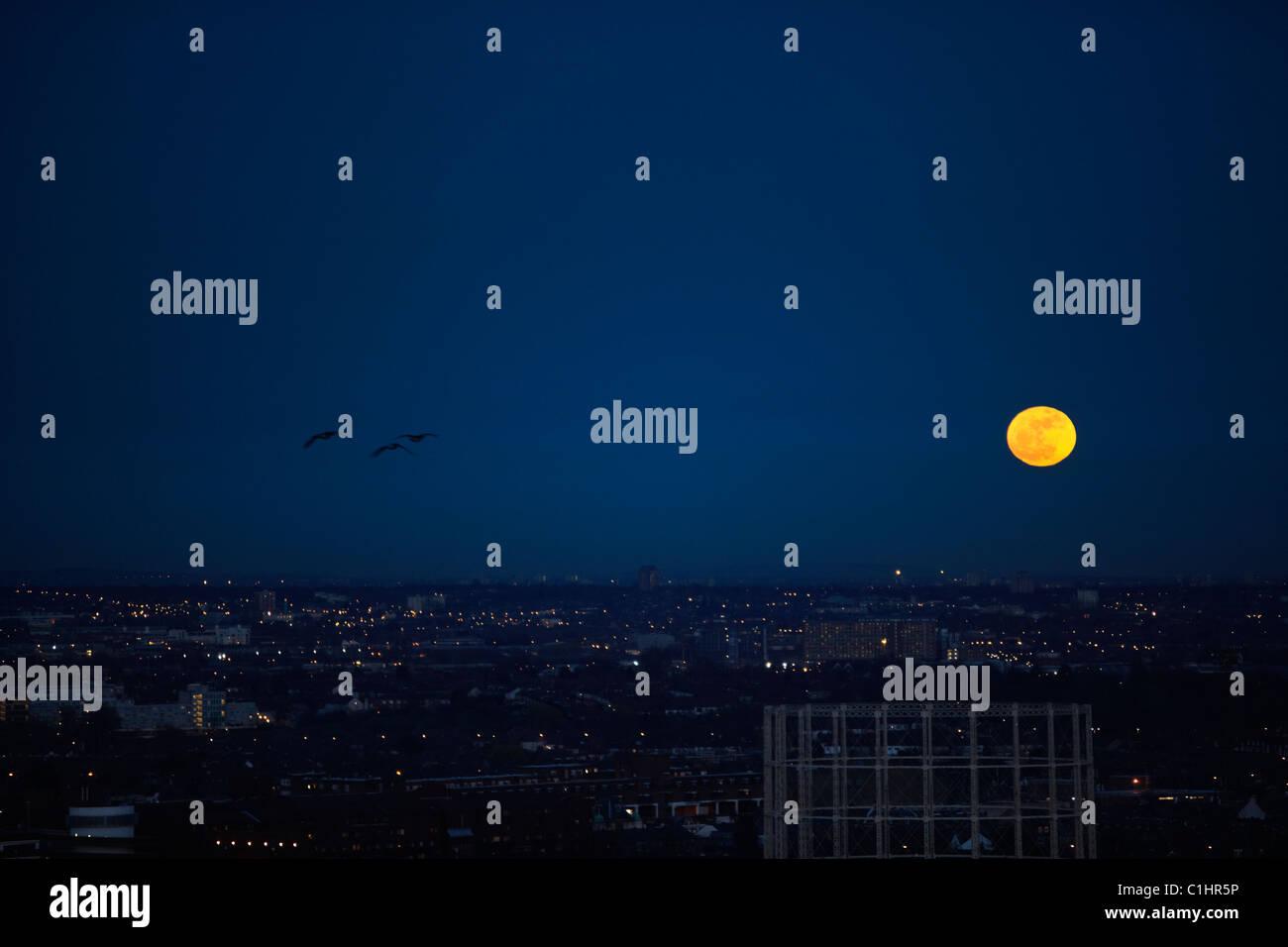 Super pleine lune se lève au-dessus de Londres Photo Stock