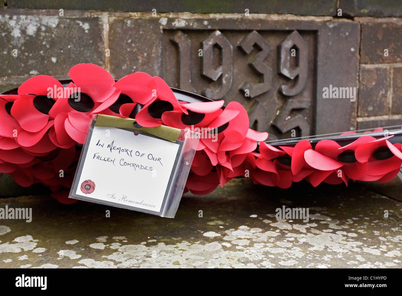 Un coquelicot gerbe mis en mémoire de leurs camarades tombés au combat Photo Stock
