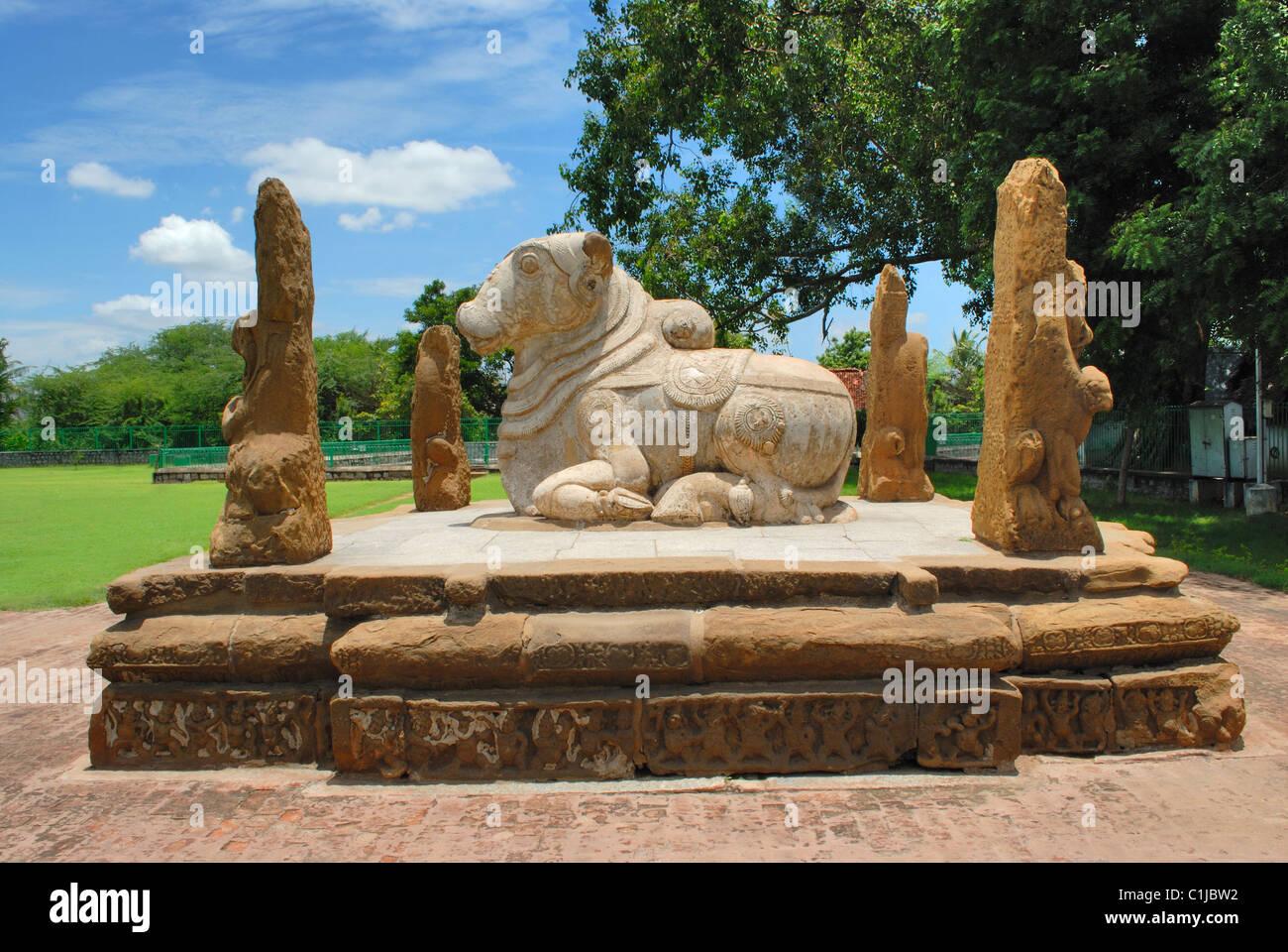 Sculpture de taureau Nandi assis, entouré par quatre piliers, lion au Temple Kailasanatha, Kanchipuram, Tamil Nadu, Inde Banque D'Images
