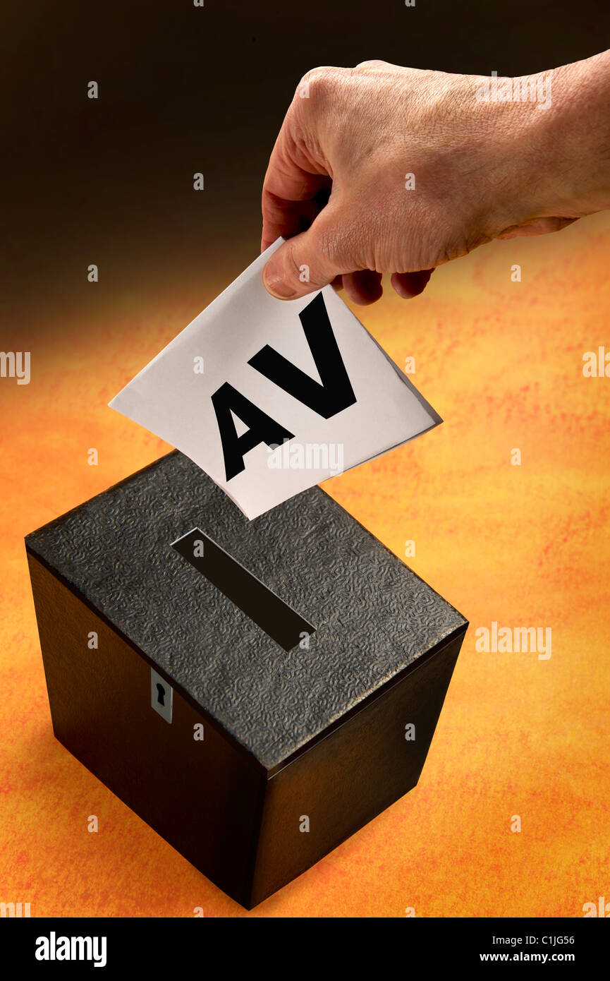 Le vote préférentiel.boîte de scrutin et de la main d'électeur. Photo Stock