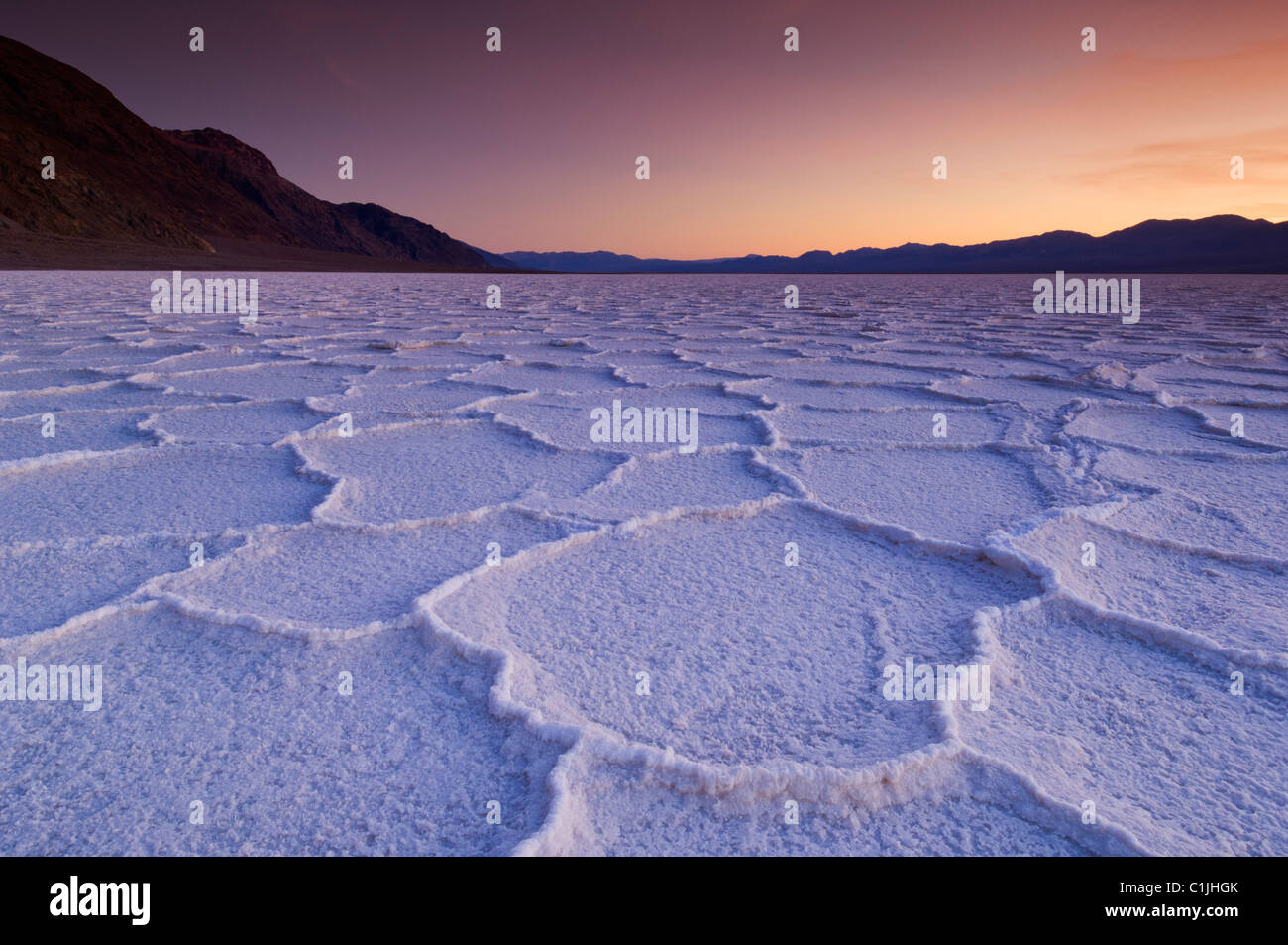 Pan de sel au coucher du soleil des polygones du bassin de Badwater Death Valley National Park, California, USA Banque D'Images