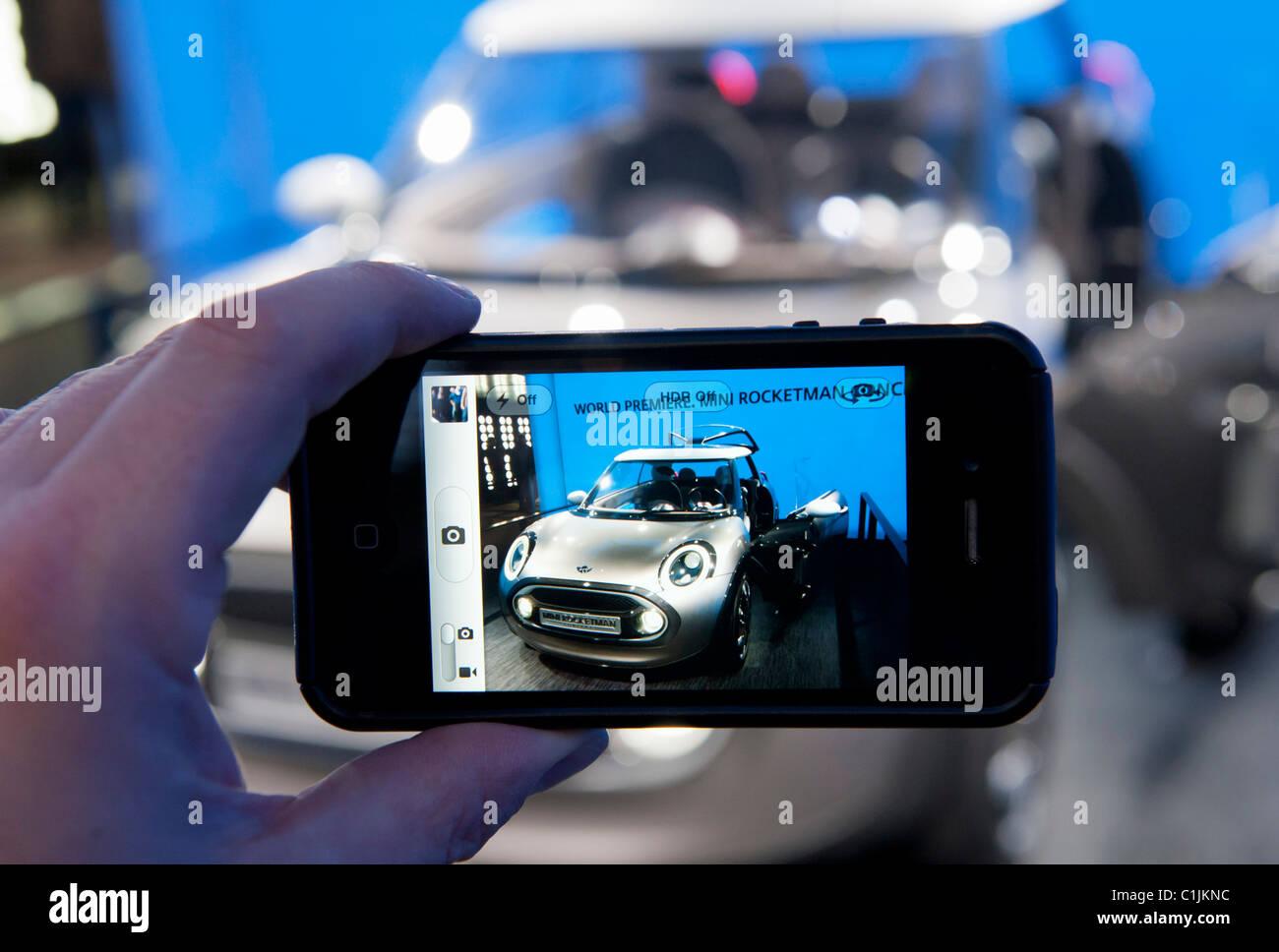 Visiteur photographiant nouvelle Mini Rocketman concept car au Salon de Genève 2011 Suisse Photo Stock