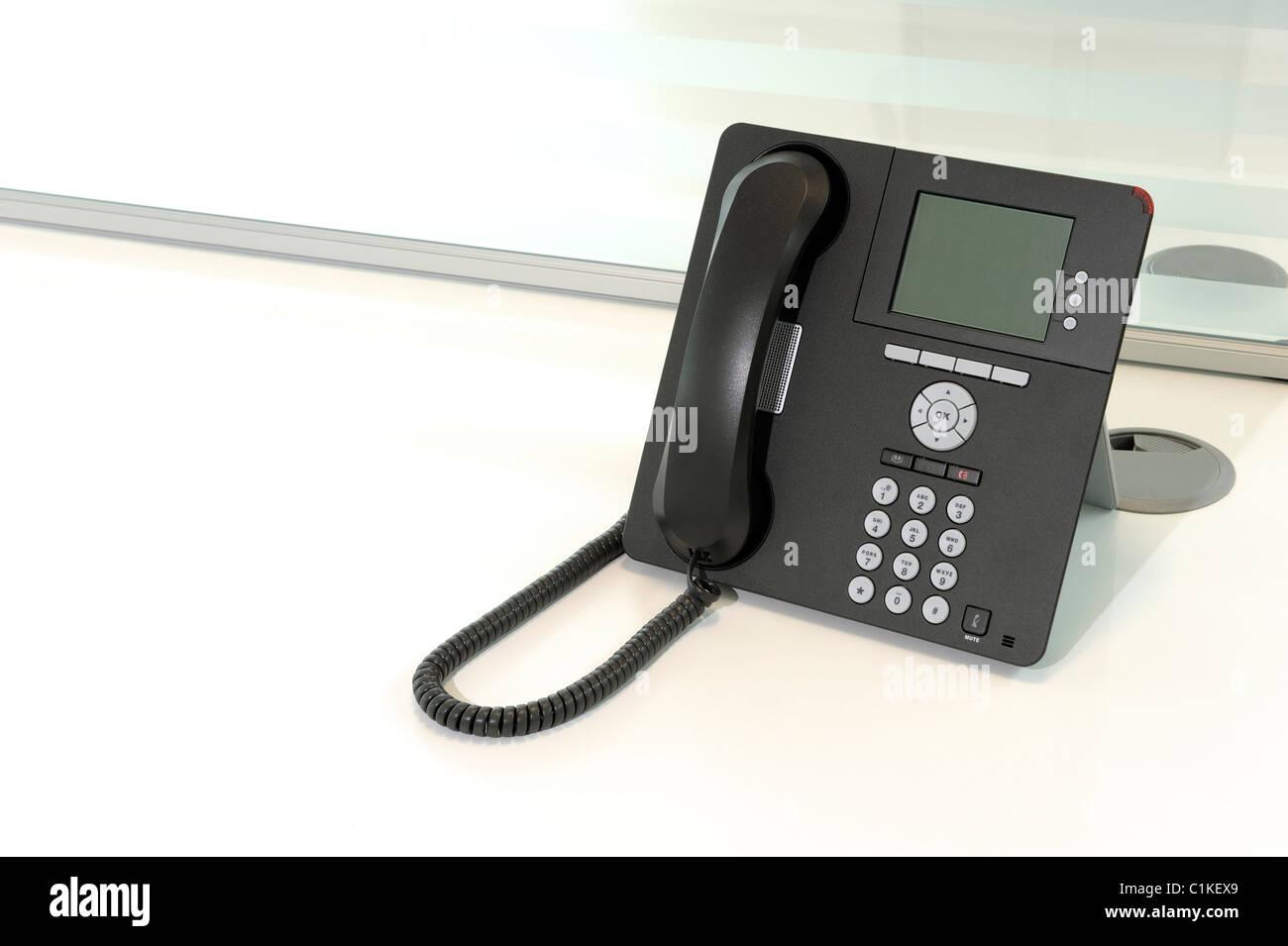 Téléphone de bureau sur un bureau Photo Stock