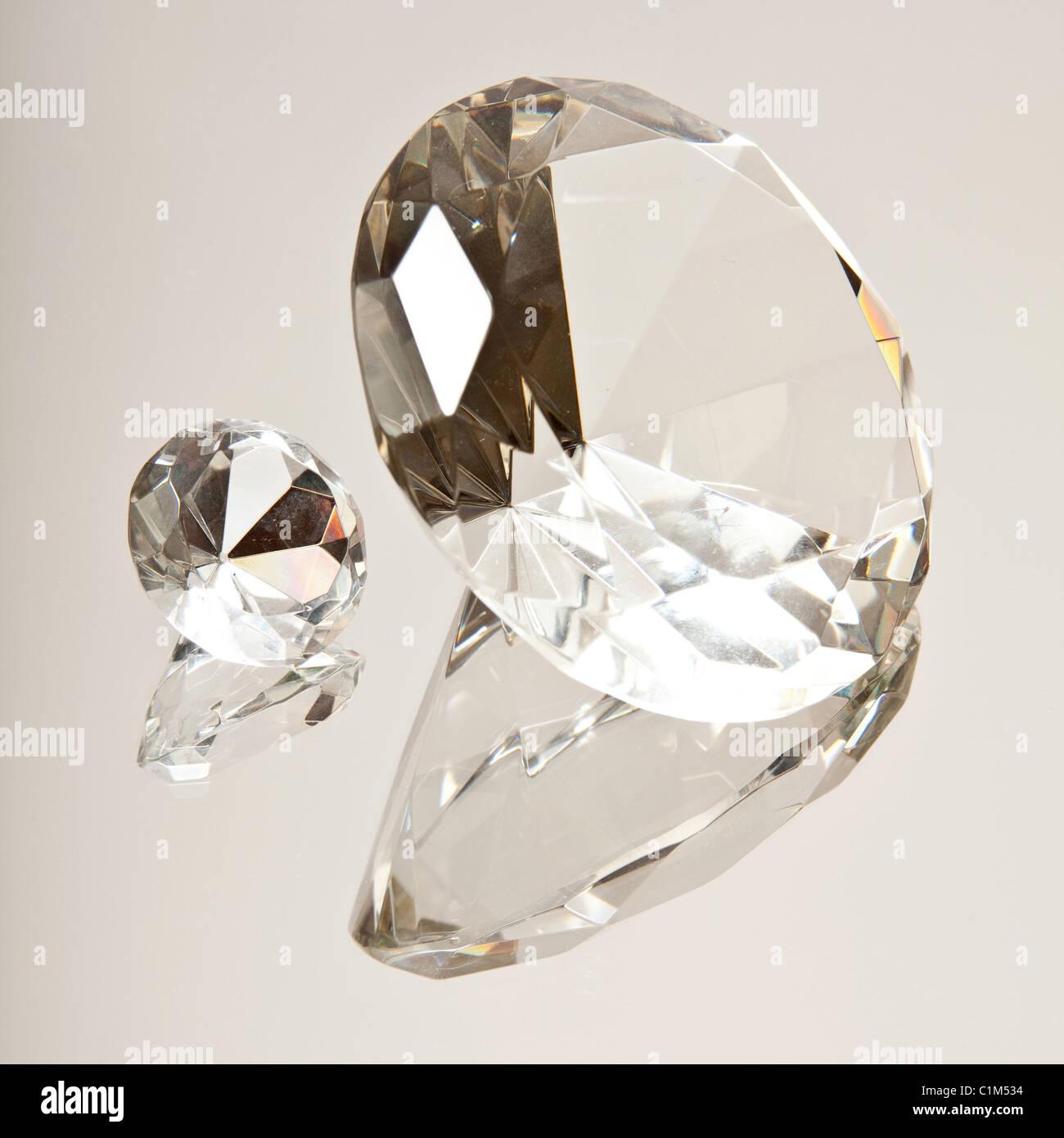 Des diamants sur une surface réfléchissante Photo Stock