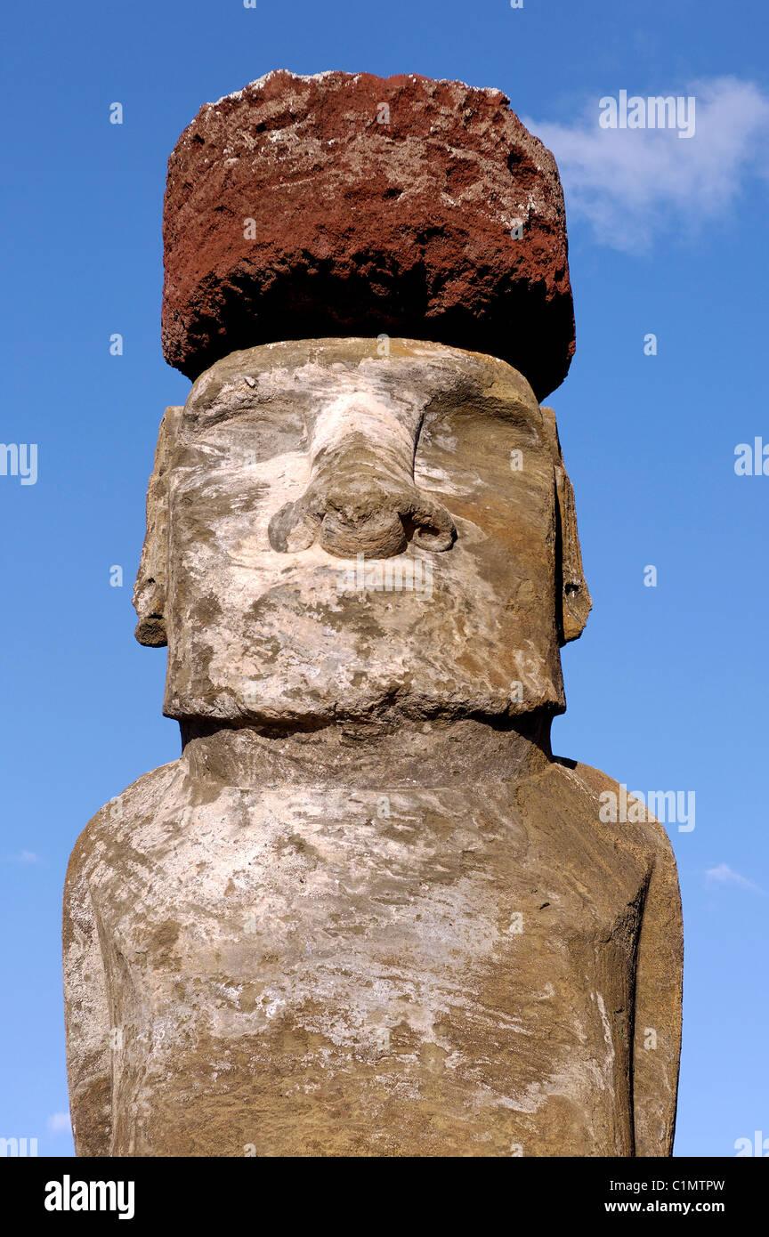 Chili L'île de Pâques Ahu Tongariki quinze Moai énorme stand avec le dos à l'océan Photo Stock