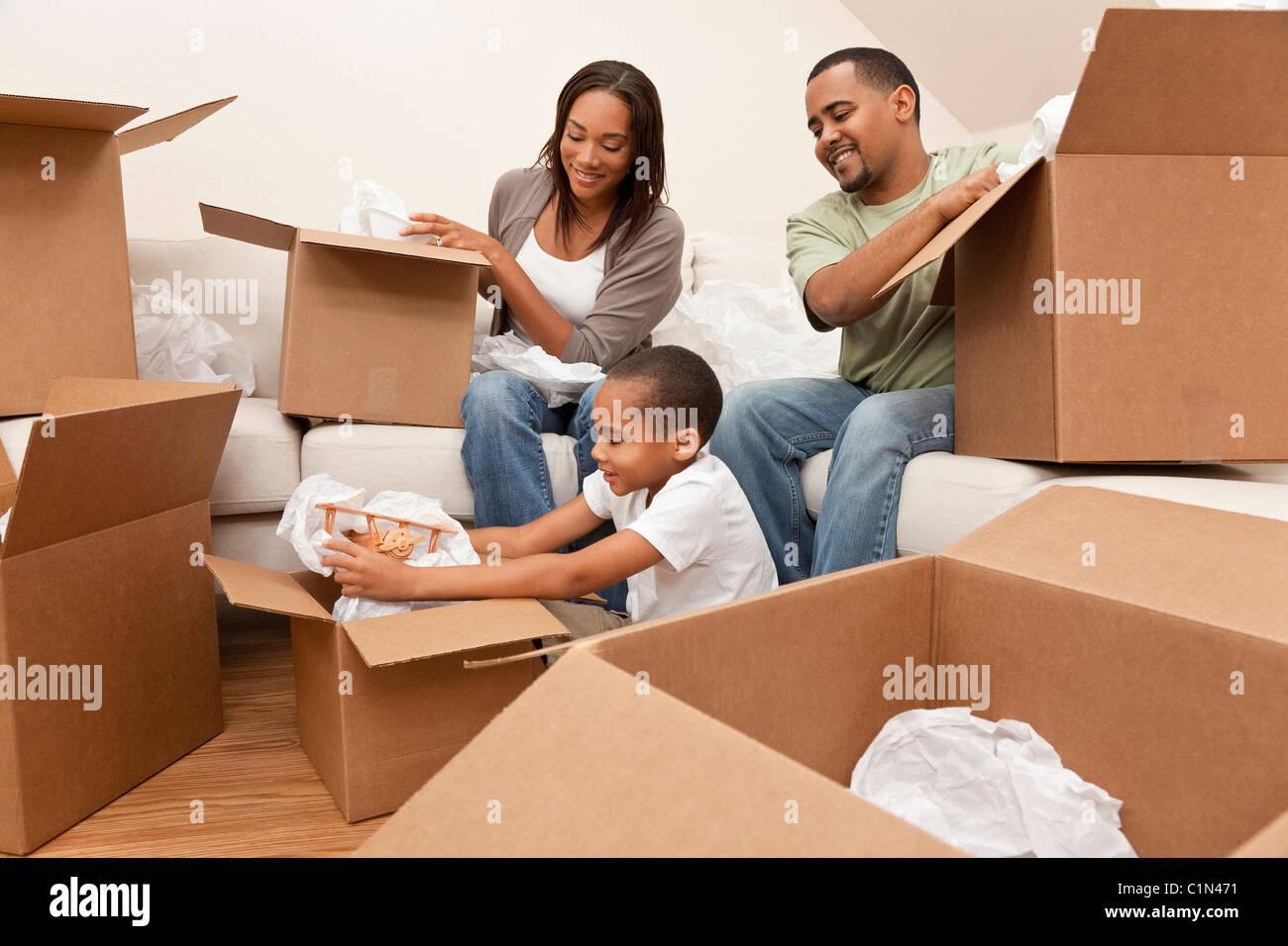 African American Family, parents et fils, déballage des boîtes et de déménager dans une nouvelle Photo Stock