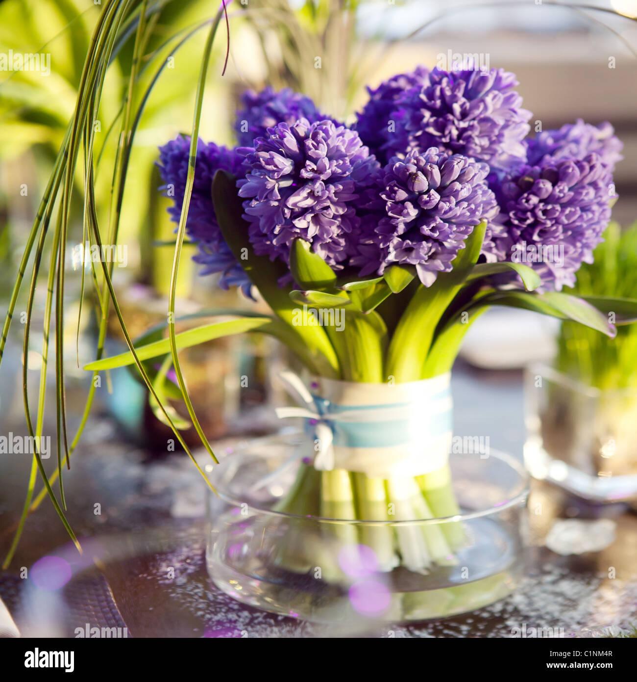 La table à manger a été décorée de la fleur de tulipe pour le moment romantique Photo Stock