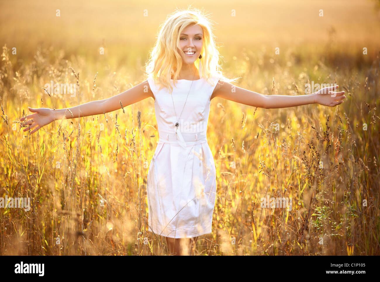 Young woman outdoors portrait. Jaune soleil. Banque D'Images