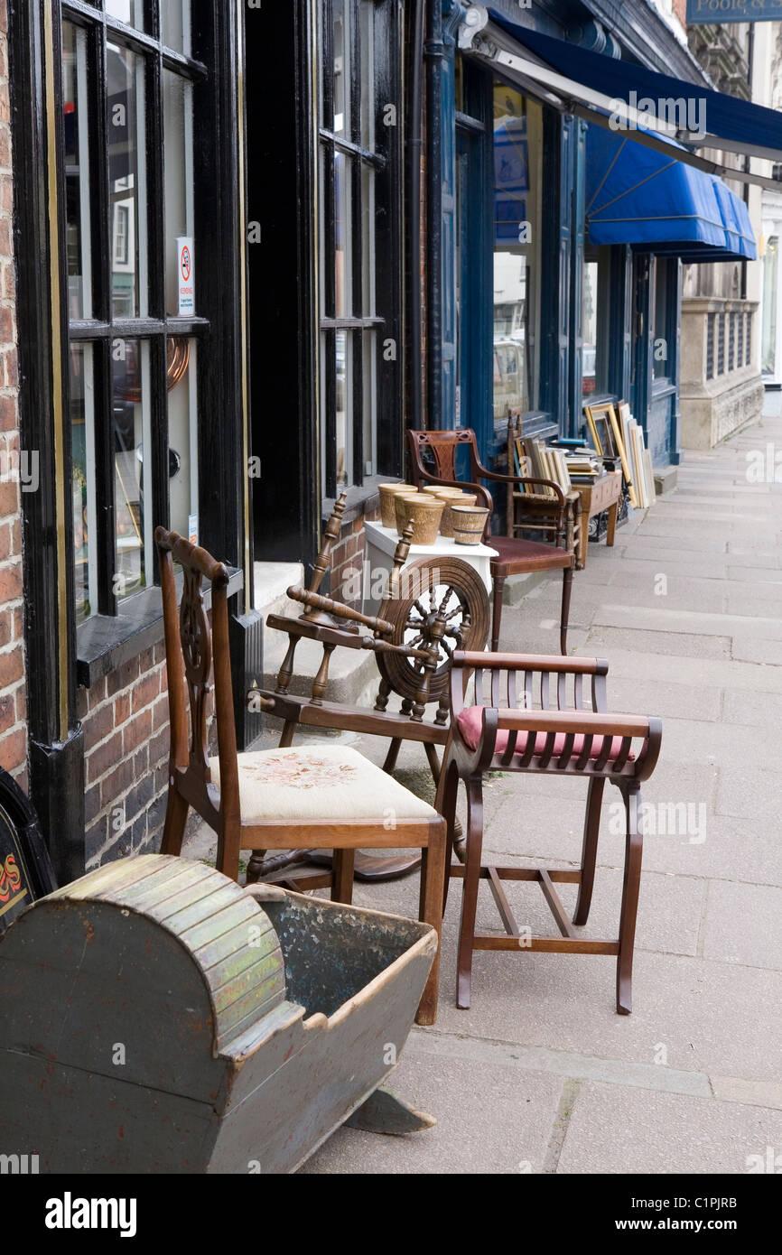 L'Angleterre, Peak District, Ashbourne, points à l'extérieur de la chaussée antique shop Photo Stock