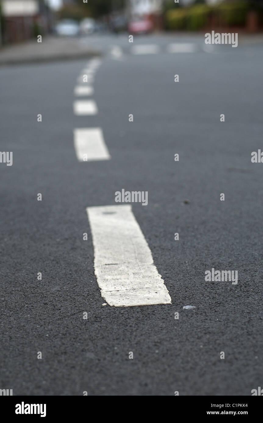 Alors que le marquage des lignes sur la route goudronnée. Photo Stock
