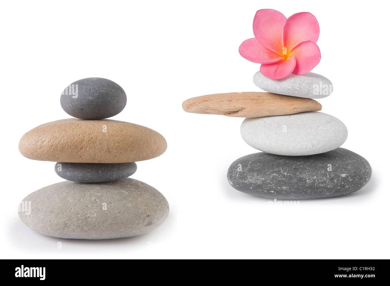 Deux cheminées en pierre , zen, l'un avec un frangipani rose ou plumeria flower Banque D'Images