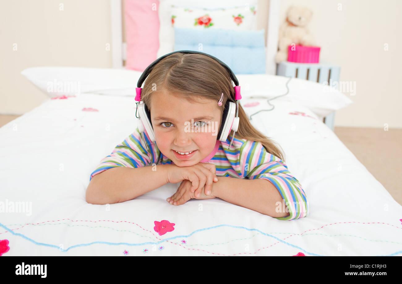 Cute little gril d'écouter de la musique Photo Stock