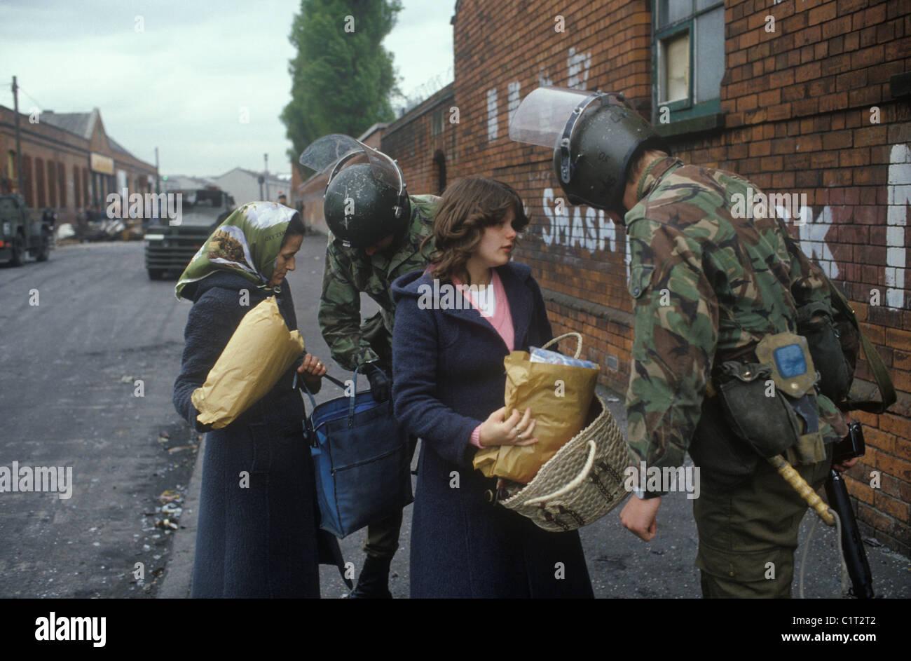 Belfast les troubles. Des années 1980. Les soldats britanniques s'arrêter et chercher Femme et fille. Photo Stock