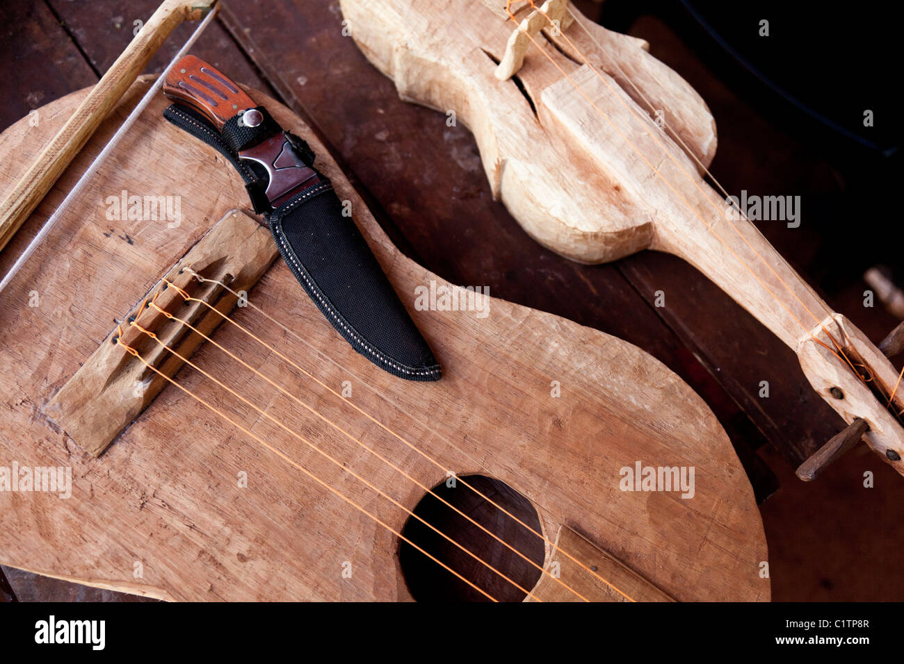 Violon et guitare faite main par Ramon Duarte, spirituel et culturel des aînés katupyry village près Photo Stock