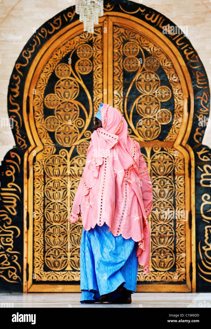 Porte à la Grande Mosquée, Touba, au Sénégal, en Afrique de l'Ouest Photo Stock