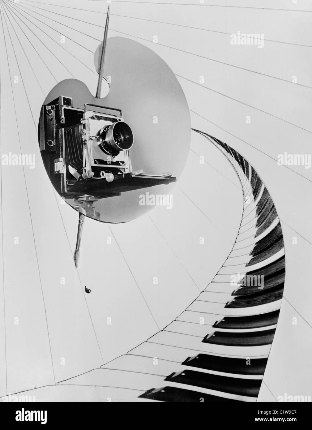Collage avec la palette d'artiste de l'appareil photo et touches de piano Photo Stock