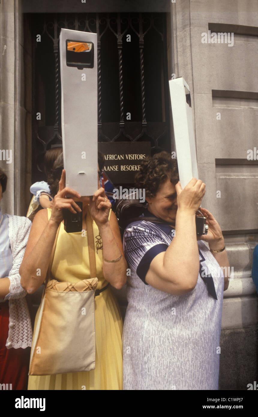 Mariage royal Prince Charles Lady Diana Spencer souvenirs périmètres à regarder sur la foule pour voir la cérémonie Londres Royaume-Uni 29 juillet 1981 1980 Royaume-Uni HOMER SYKES Banque D'Images