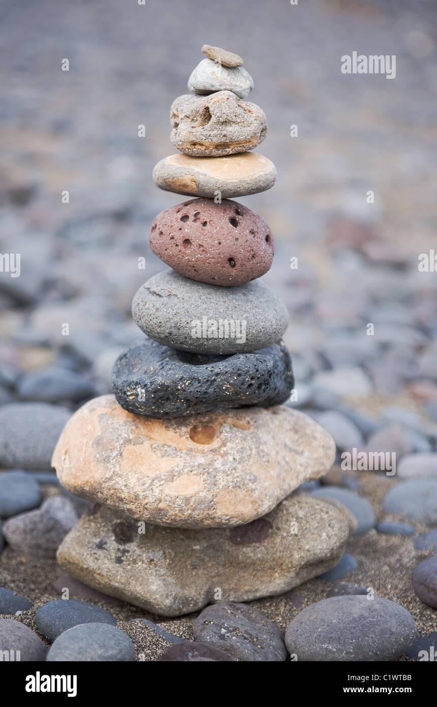 Pile de pierres bien-être sur la plage Photo Stock