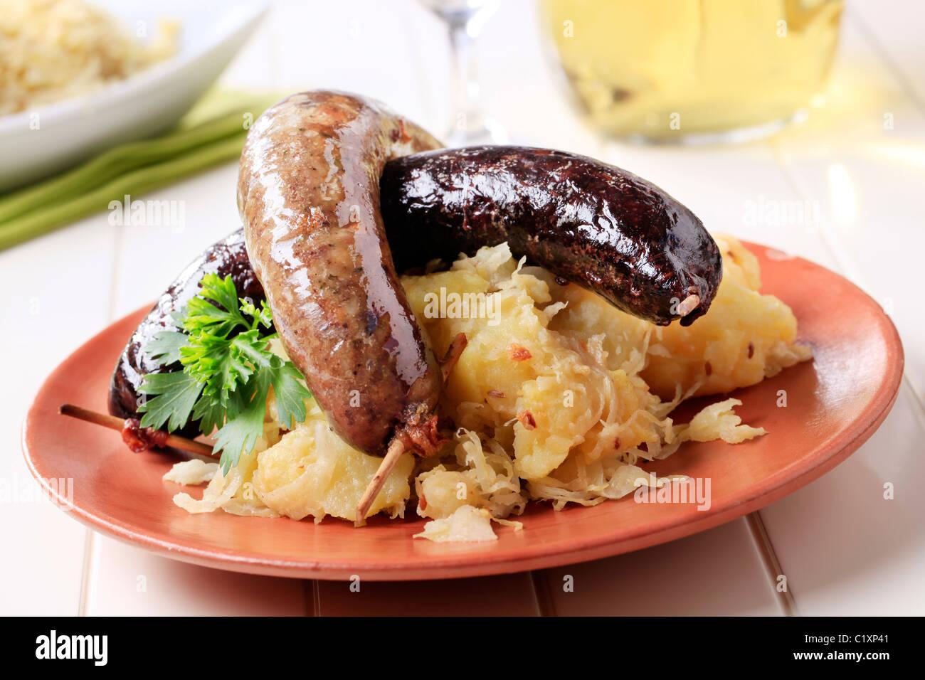 Boudin et boudin blanc avec de la choucroute et des pommes de terre Photo Stock