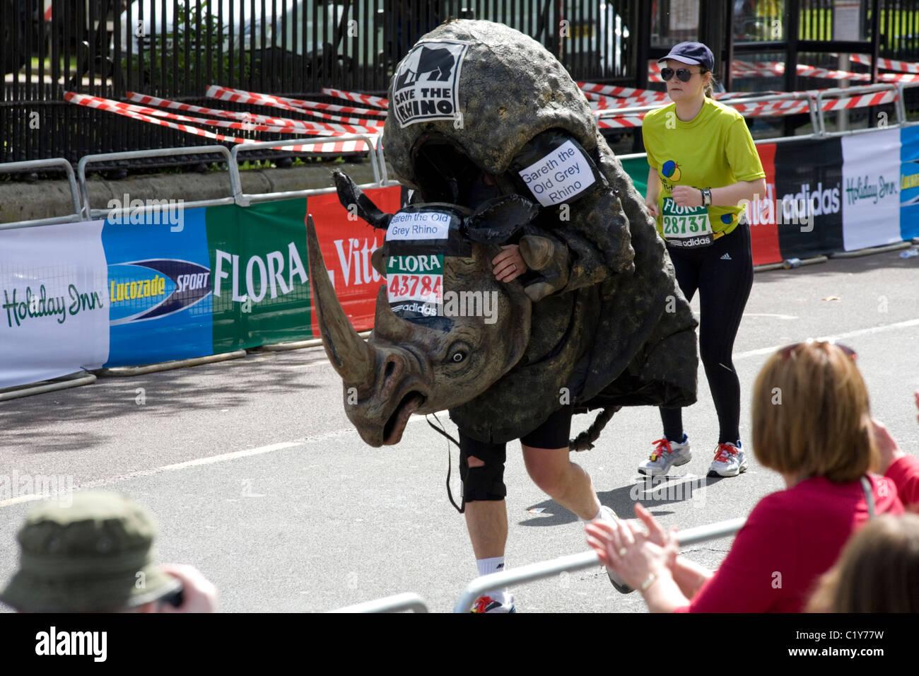 L'homme en costume de rhino s'exécutant dans le marathon de Londres Photo Stock