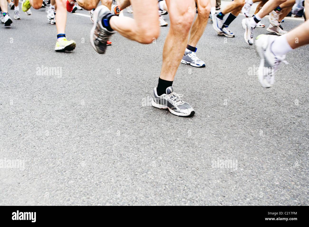 Les personnes en cours d'exécution dans city marathon Photo Stock