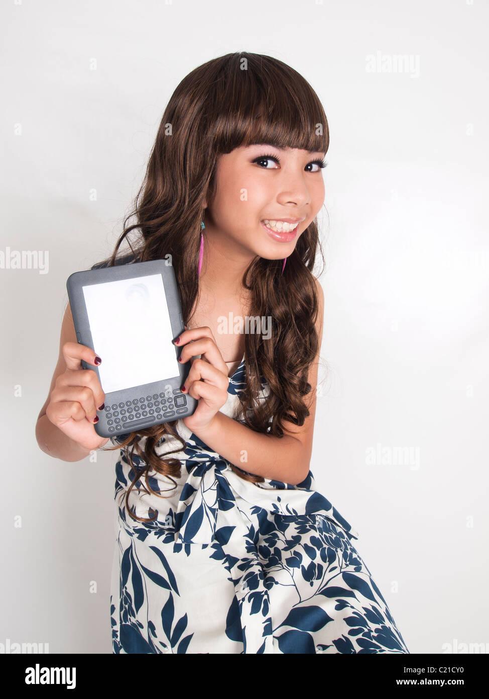Une jolie fille main tenir son kindle e-book Photo Stock