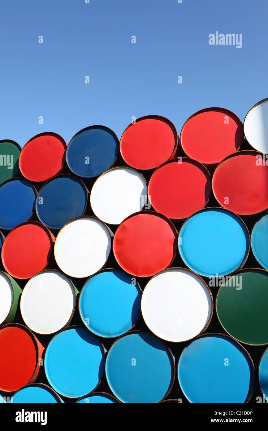 Barils de pétrole empilés pour le fret Photo Stock