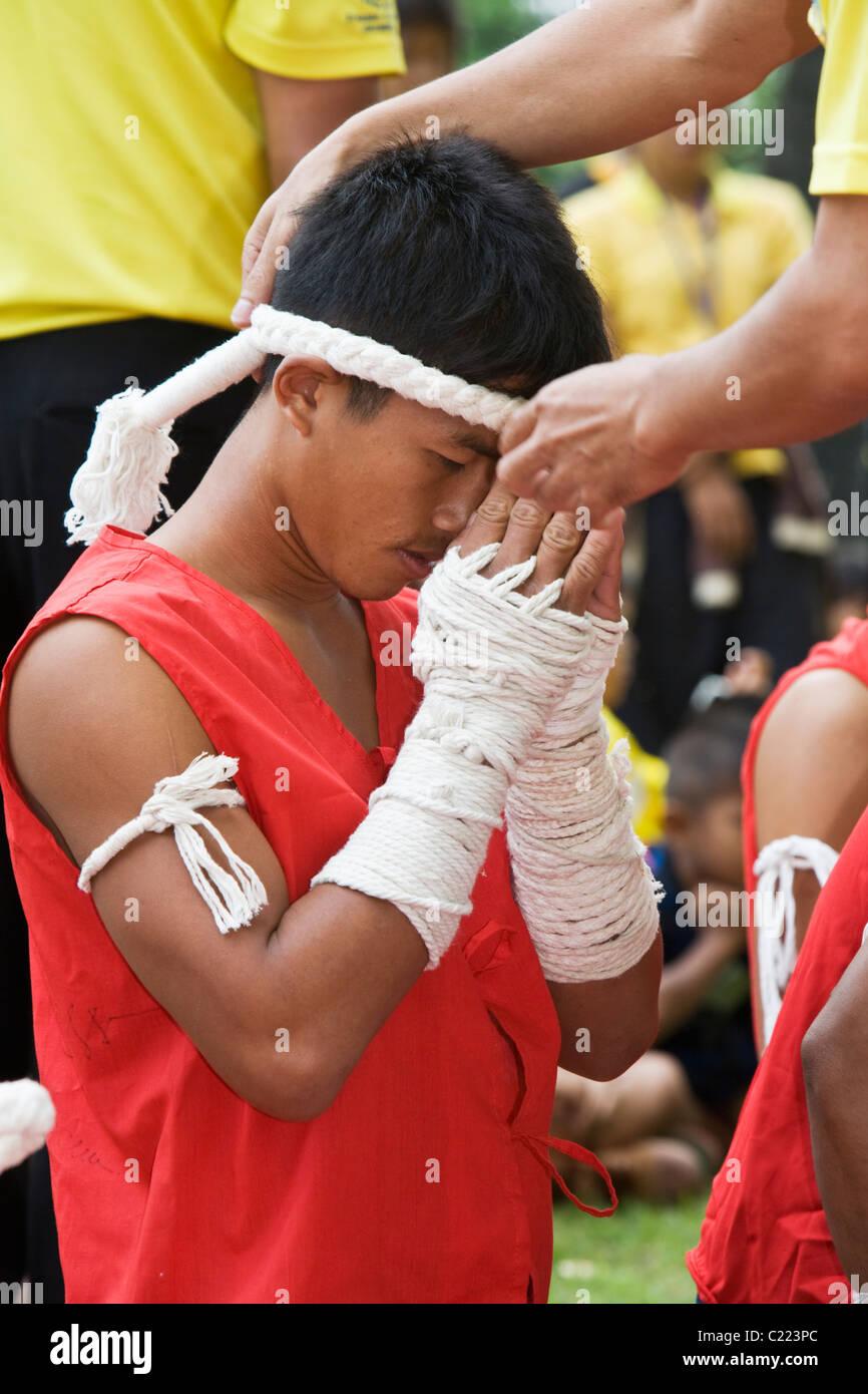 Un boxeur Thaï reçoit son mongkol (corde headress). Sukhothai Sukhothai, Thaïlande, Photo Stock