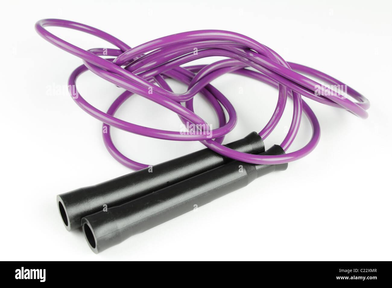 Poignées en plastique noir de chaque côté de la corde à sauter sur un fond blanc. Corde à Photo Stock