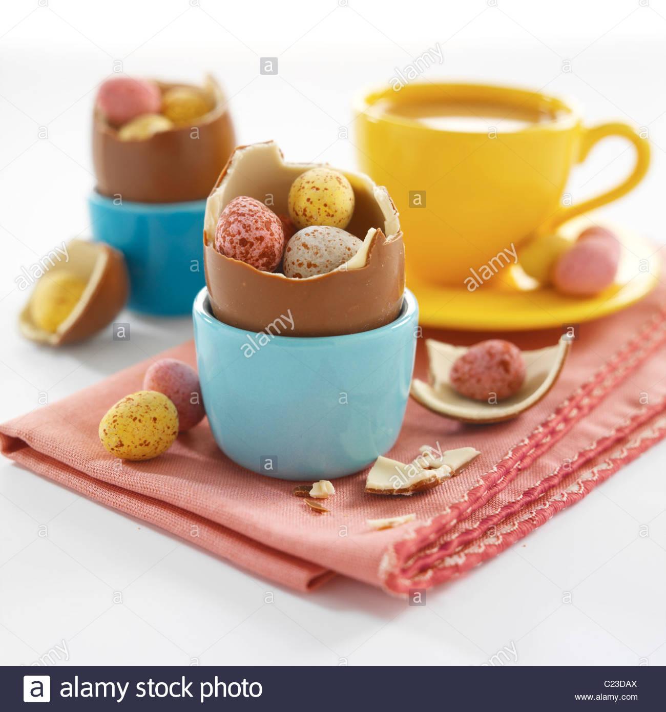 Oeufs de Pâques en eggcups Photo Stock