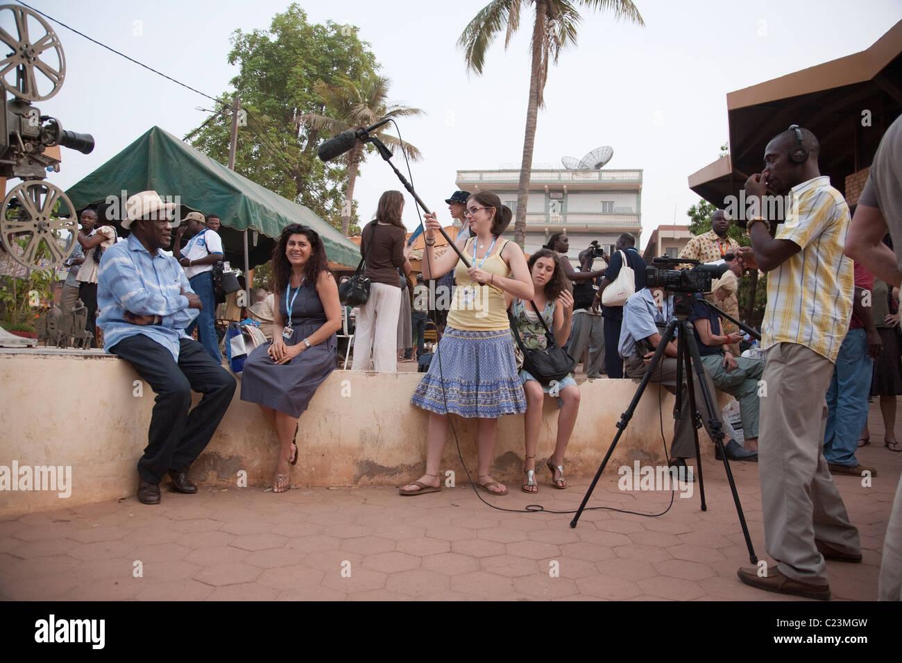 Interview D Une Equipe De Tournage Un Film Africain Bouilloire Pendant Le Fespaco A Ouagadougou Photo Stock Alamy