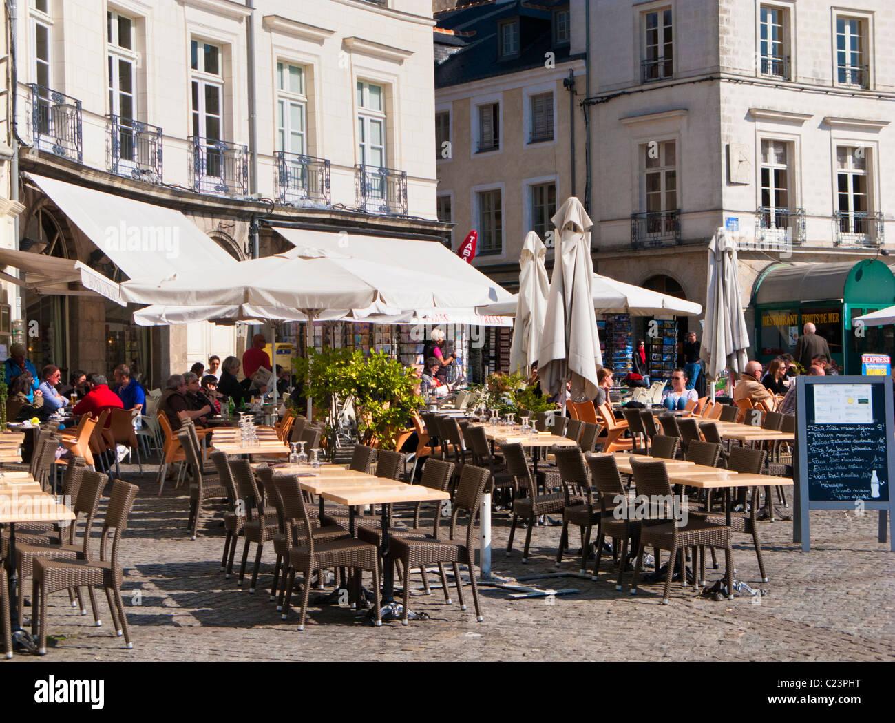 Café de la chaussée de la Place Gambetta, Vannes, Morbihan, Bretagne, France, Europe Photo Stock